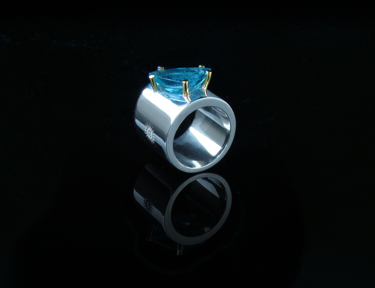 Anillo de plata,oro y turmalina azul