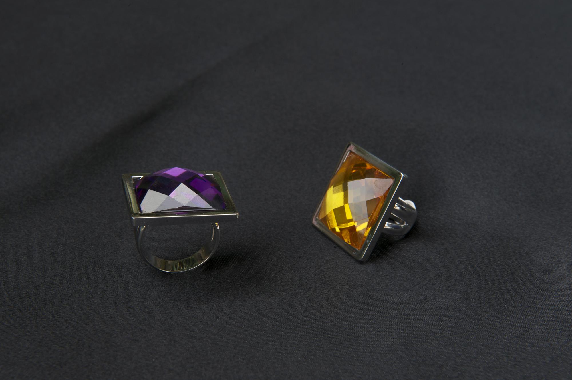 Anillos cuadrados de plata y circonias de color