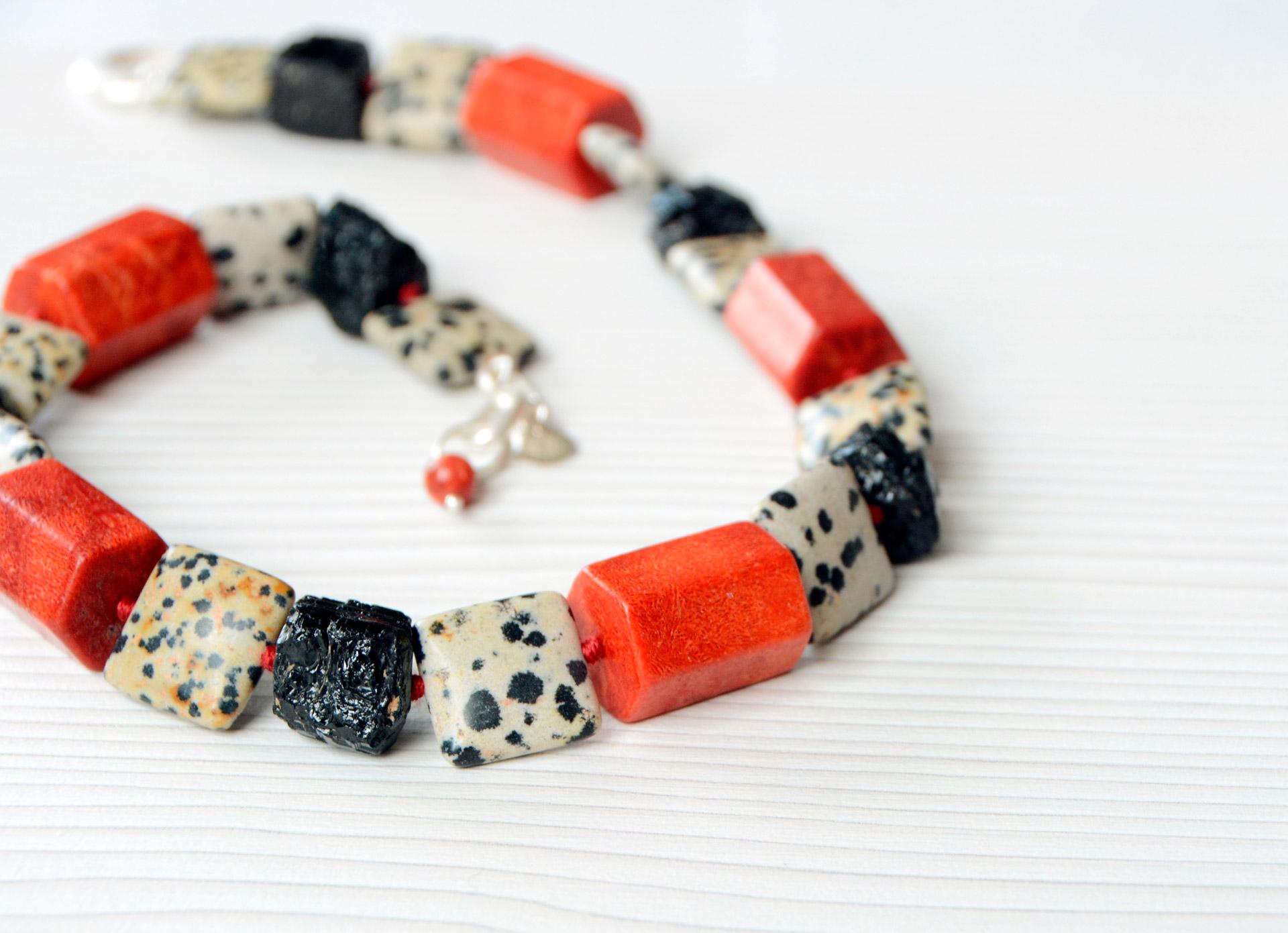Collar-Coral-Dalmatita-y-Turmalina