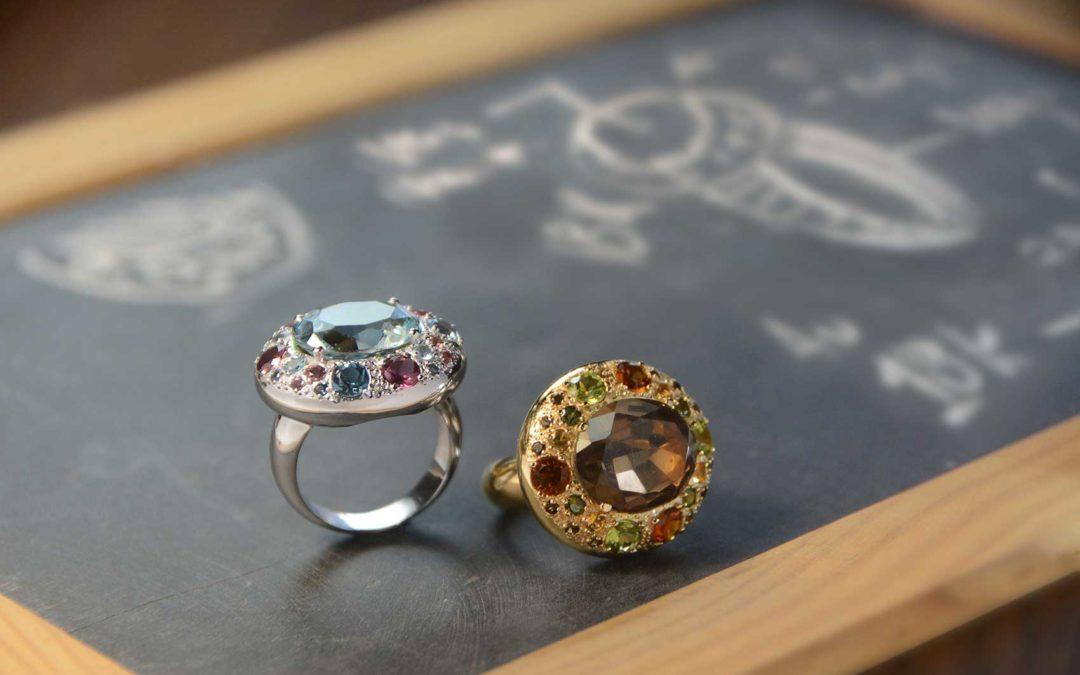 Anillos en oro coronados de gemas